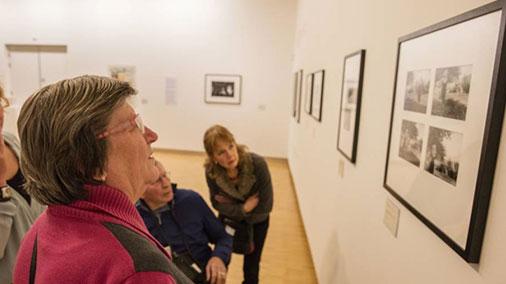 Gemeentemuseum Helmond leidt mensen met afasie rond